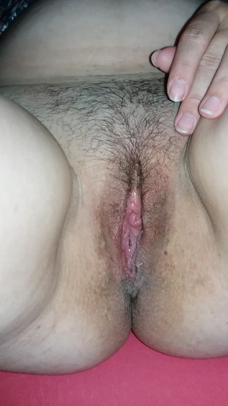 Safada gosta de abrir a buceta