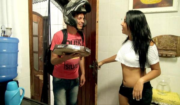 ESPOSA FODE COM O ENTREGADOR DE PIZZA